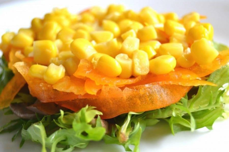 7. Выложите слой консервированной кукурузы.