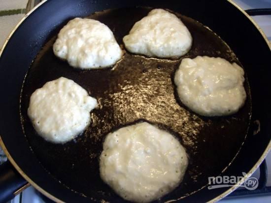 На сковороде разогрейте достаточное количество масла. Вливайте тесто на сковороду из расчёта: столовая ложка на один оладушек.