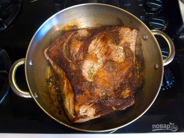 1. С самого начала поставьте разогревать духовку на 160 градусов. Говядину обжарьте в масле в большой сковороде по 5 минут с каждой стороны. В это же время сделайте смесь из кайенского перца, имбиря, корицы, паприки и чили.