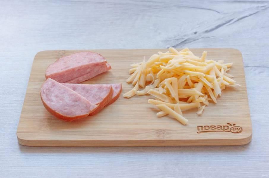 Колбасу нарежьте полукругом. Сыр натрите на крупной терке.