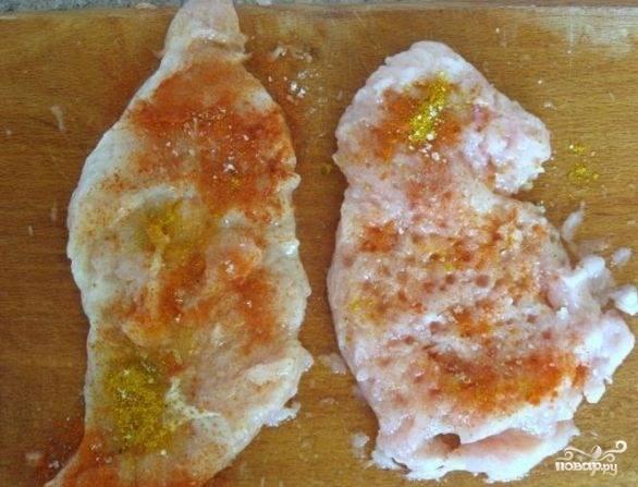 2. Отбивные натиреть солью и специями.