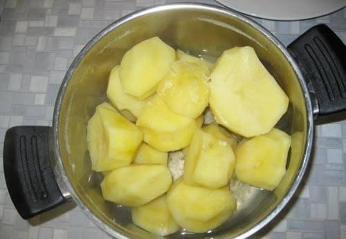 3. Когда картофель будет готов, сливаем воду и даем ему постоять немного без крышки.