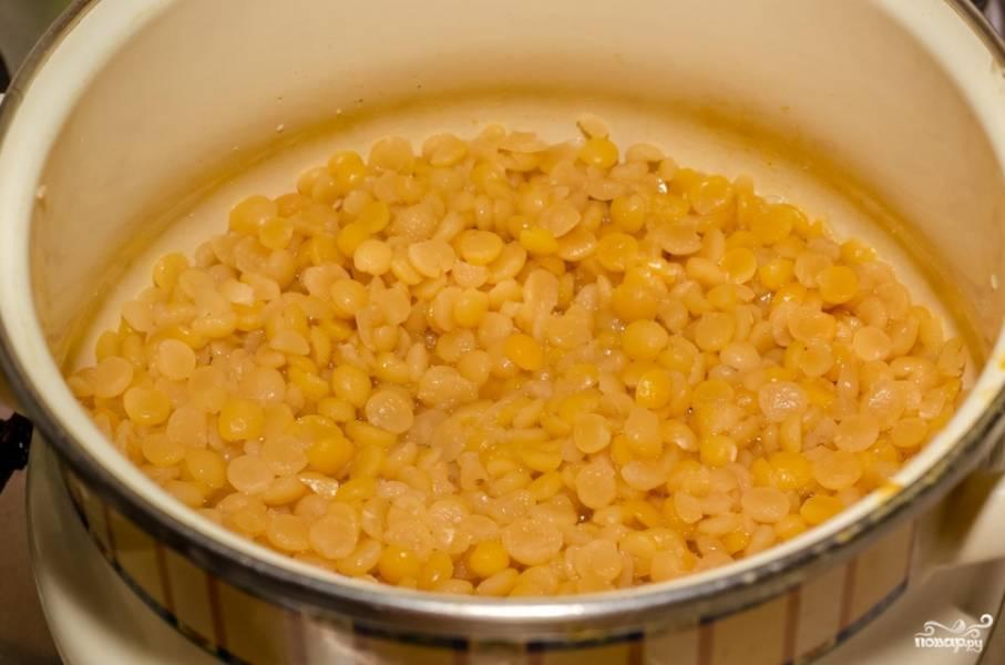 Сливаем воду с гороха, перекладываем его в кастрюлю и заливаем свежей водой, чтобы покрывал бобовые на несколько сантиметров. Солим и варим на медленном огне 1 час.