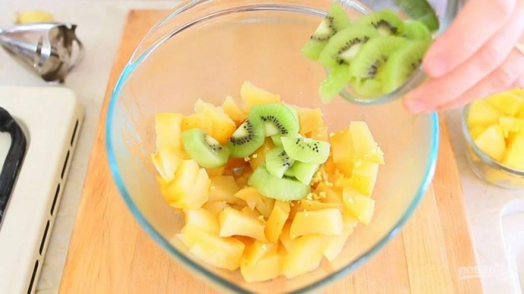 В блендер добавьте все фрукты, имбирь, уксус и сок лимона.