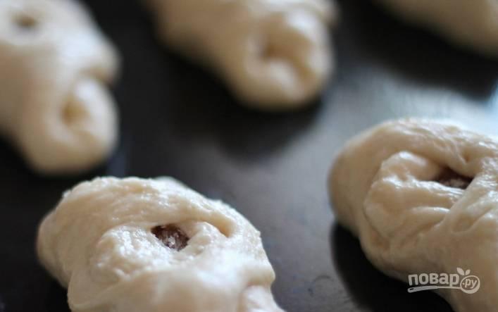4. Заворачиваем тесто в булочки и запекаем их примерно полчаса при 180 градусах.