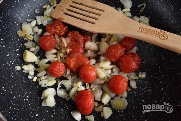 Снимите кожицу с томатов, и, придавливая их лопаткой на сковороде, обжарьте 2 минуты.