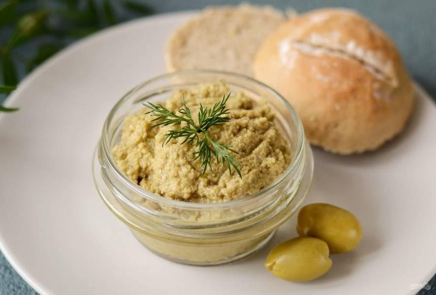 Оливковый паштет готов, приятного аппетита!