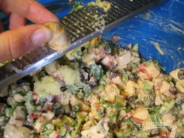 6.Очищаю корень имбиря (1 сантиметр) измельчаю его на мелкой терке и кладу в салат, выдавливаю сок, чеснок очищаю и измельчаю на терке.