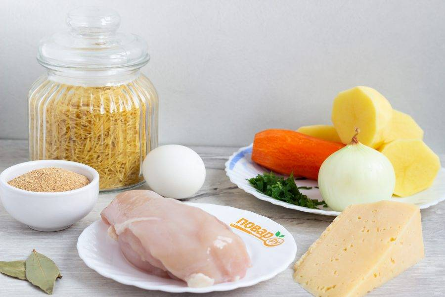 Подготовьте все необходимые ингредиенты. Овощи почистите и помойте.