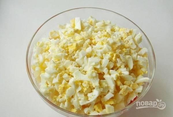 5. Яйца остудите, очистите. Отложите 2 желтка (чтобы украсить салатик при подаче), нарежьте.