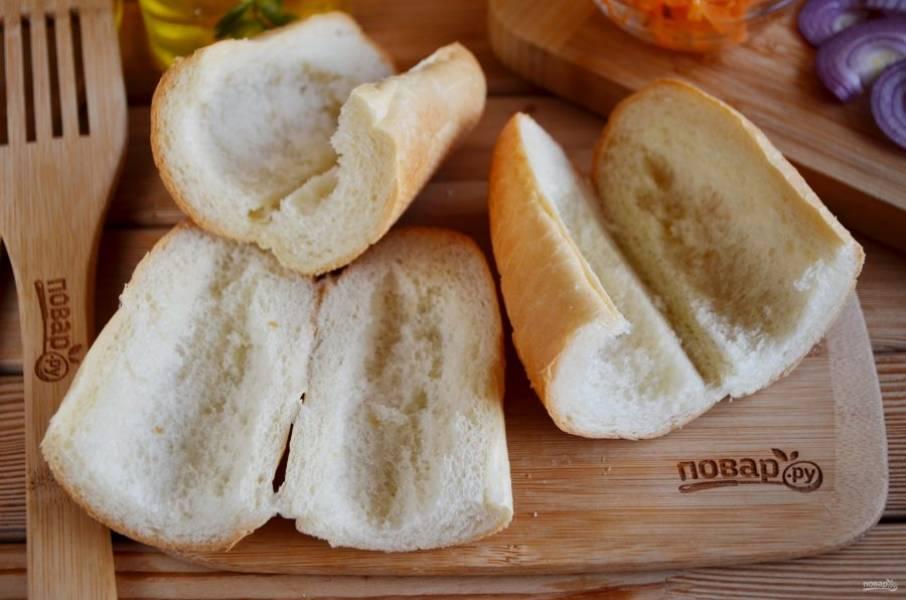 Багет порежьте на длинные кусочки. Каждый разрежьте вдоль и удалите часть мякоти. Батон отправьте на минутку в микроволновку, чтобы он стал мягким. Хлеб должен быть свежайшим!