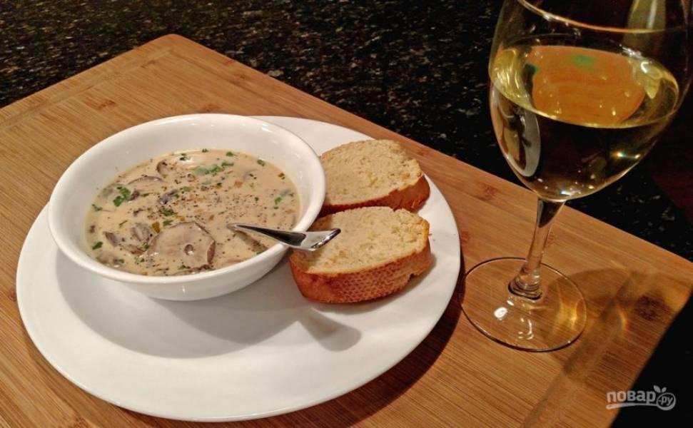 9.Подавайте суп сразу после приготовления, украсьте его рубленой петрушкой. Приятного аппетита!