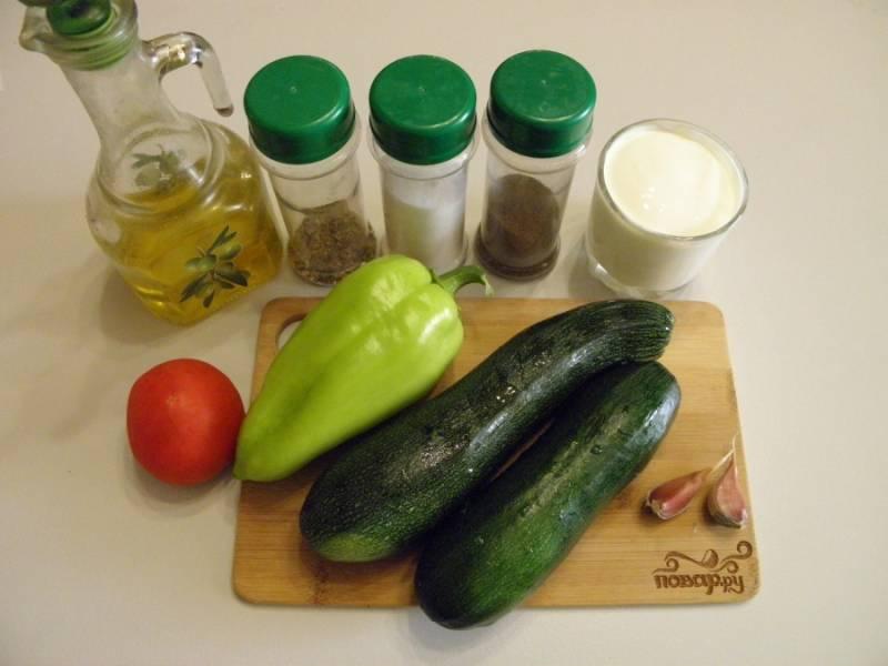 1. Подготовьте продукты. Все овощи тщательно вымойте, очистите чеснок, у перца удалите семена. Приступим! Чтобы снизить калорийность блюда, я не буду обжаривать овощи, а сразу буду тушить их в сметане в кастрюле мультиварки.