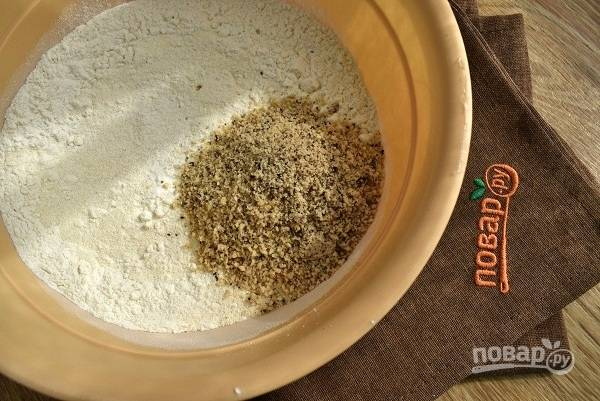 Муку, манку, разрыхлитель, соль, измельченные орехи смешайте.