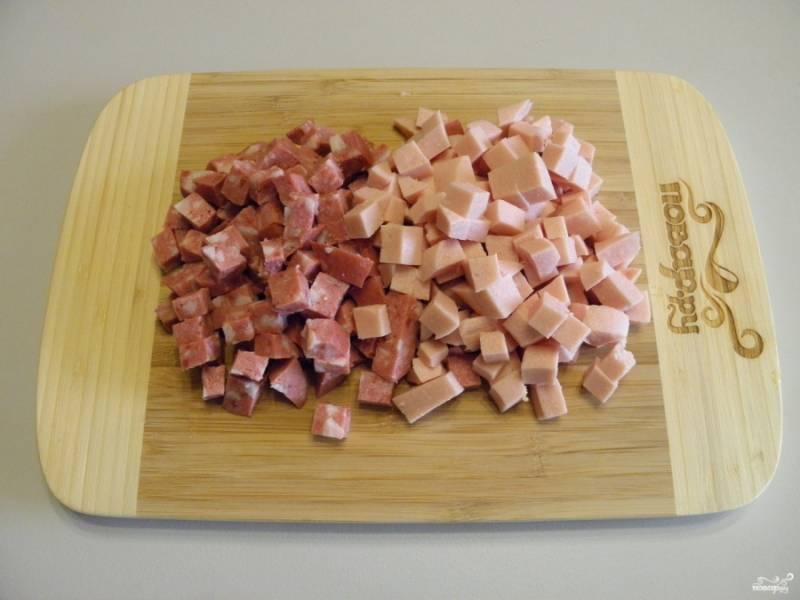 Оба вида колбас порежьте кубиками.