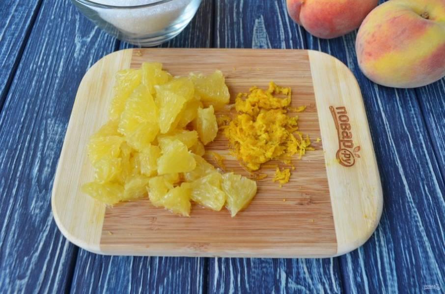 С апельсина снимите цедру с помощью самой мелкой терки. Цедра пригодится для варенья, чтобы усилить аромат. Очистите апельсин, удалите все белые перепонки, саму мякоть апельсина порежьте кусочками.