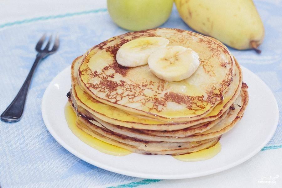 Жарьте оладушки с двух сторон до румяной корочки. Подавайте со свежим бананом и сиропом.