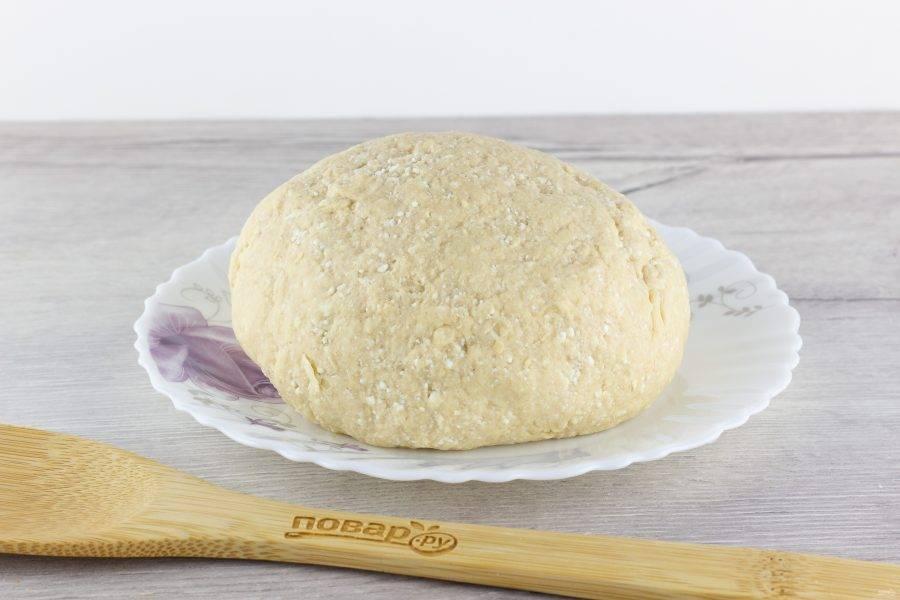 Муку смешайте с разрыхлителем, просейте, постепенно введите в творожную массу и замесите мягкое тесто.