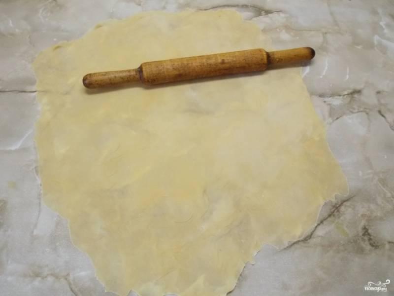 Когда раскатаете тесто меньше, чем в полсантиметра, оставьте его подсохнуть минут на 10.