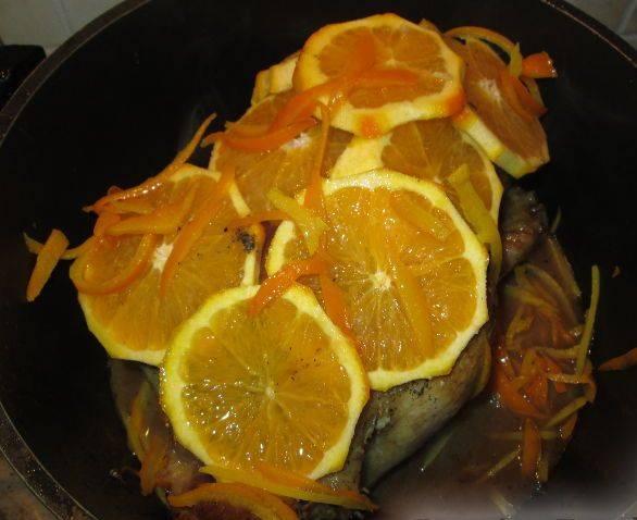 5. Покрываем утку апельсинами, а на основе полученного сока от птицы и апельсинов готовим соус: выливаем воду, в которой проваривалась кожура к жиру (оставленному после прожарки утки), добавляем немного крахмала и доводим до кипения, пока соус не начнет загустевать.