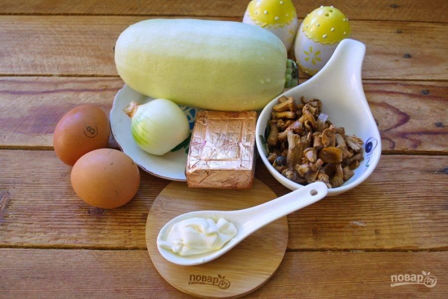 Для приготовления рулетиков возьмите кабачки молодые, лисички маринованные, сырок плавленый, майонез или сметану, яйцо отварное, специи.