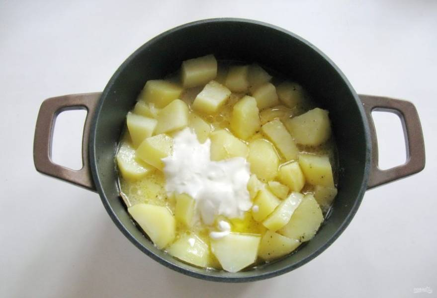 Добавьте сметану и еще немного воды. Учтите, что картофель в процессе приготовления пустит много сока.