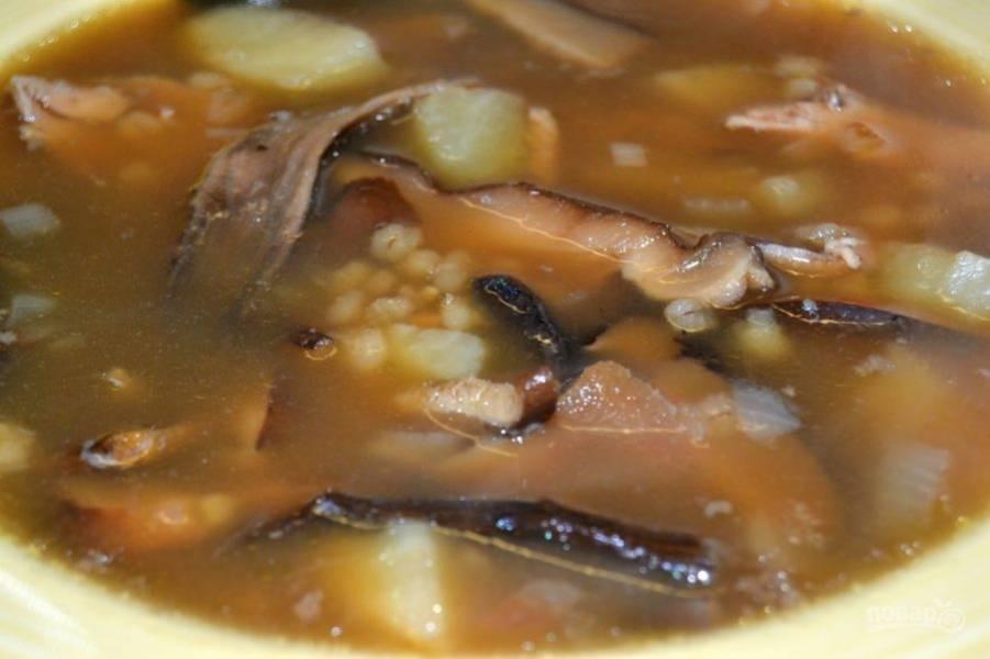 16.Верните мясо в кастрюлю, по вкусу посолите и подавайте суп.