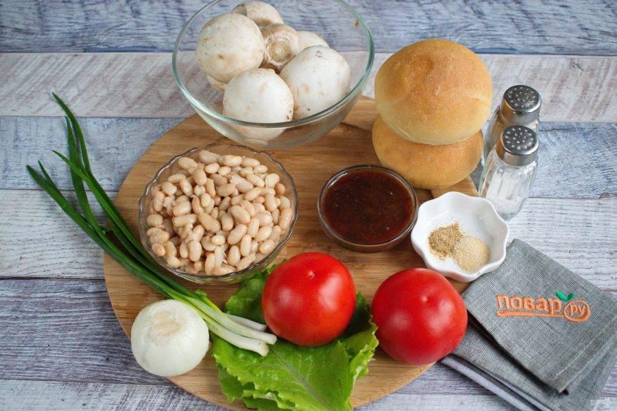 Подготовьте необходимые продукты. Грибы, помидоры и зелень вымойте. Фасоль откиньте на сито, промойте холодной водой.