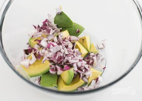 1. В глубокой мисочке соедините нарезанную мякоть авокадо и измельченный лук.