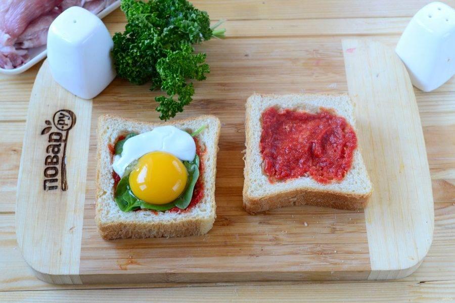 Яйцо отправьте в кипяток на 3 минуты, затем аккуратно разбейте и вылейте содержимое на шпинат. Будет хорошо, если белок останется целым, но главное, чтобы раньше времени не растекся желток.