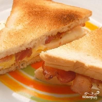 4. Сэндвич с беконом и яйцом готов! Приятного аппетита!