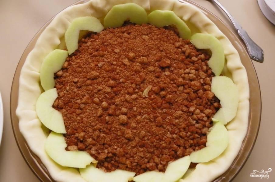 Теперь нужно красиво уложить дольки яблок в форму. Начинать лучше с краев и постепенно продвигаться к середине.