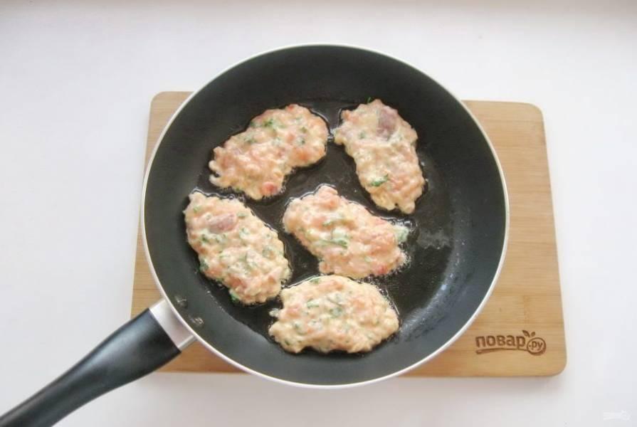 В горячую сковороду с подсолнечным маслом выложите тесто столовой ложкой.