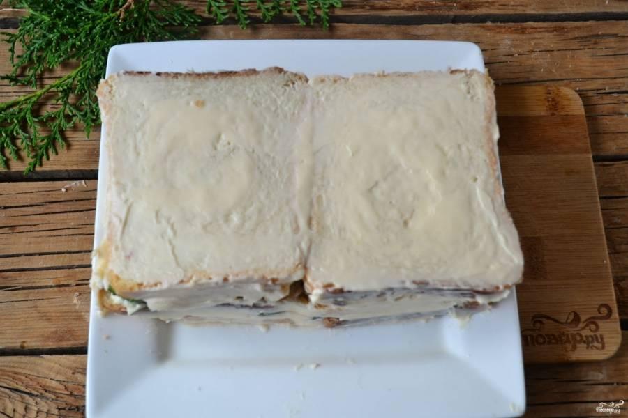 Сверху и по бокам смажьте сливочным сыром, украсьте по желанию. Поставьте торт в холодильник на 30 минут.
