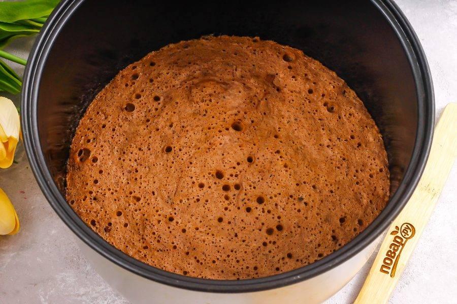 """Выложите его в смазанную форму и испеките примерно 25-30 минут до готовности, проверяя деревянной шпажкой. Можно испечь бисквит и в мультиварке за 50 минут на режиме """"Выпечка""""."""