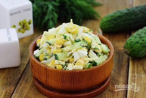 В салат добавьте соль, перец и майонез. Блюдо перемешайте. Приятного аппетита!