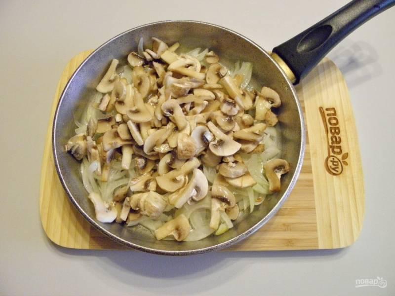 Куриное филе бросьте в кипящую соленую воду и варите до готовности, не менее 30-35 минут. Лук тонко порежьте полукольцами и обжарьте с грибами на растительном масле со щепоткой соли до готовности. Периодически помешивайте.