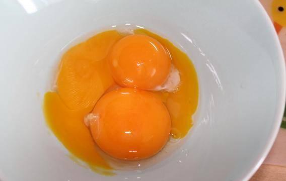 Затем тесло убираем в холодильник. Готовим крем. Берем три желтка.