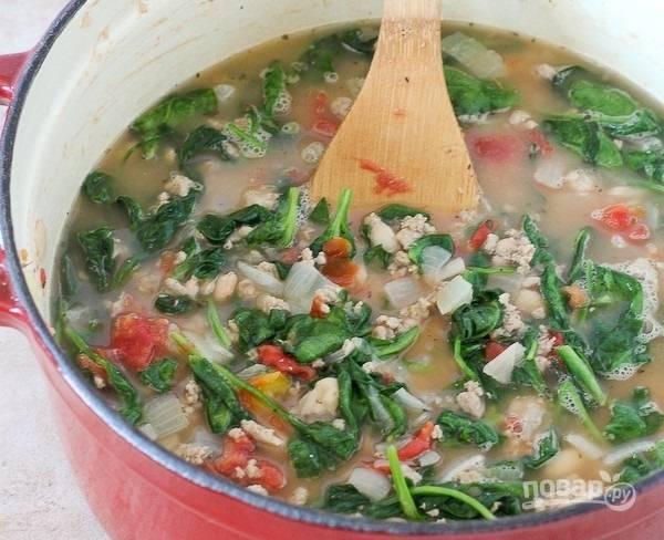 7.Влейте в кастрюлю куриный (любой другой) бульон или воду, доведите содержимое до кипения.