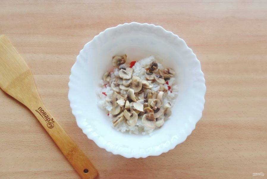 Выложите в салат жареные грибы.