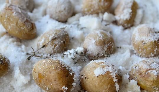 Достаём из духовки картошку, освобождаем от соли.