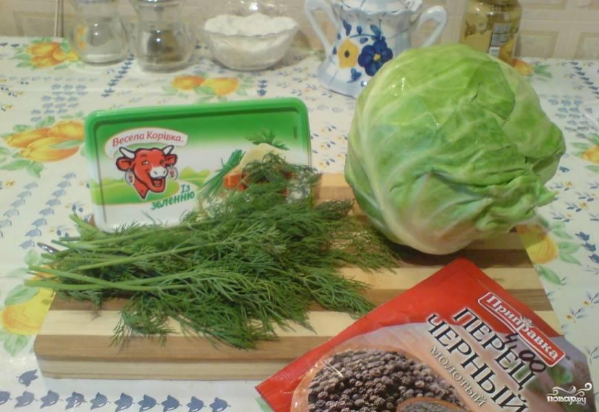 1. Вот наши ингредиенты. Зелень лучше использовать ассорти, но у меня был только укроп. Моем зелень и капусту, отщипывая от них листья. Обсушите их обязательно.