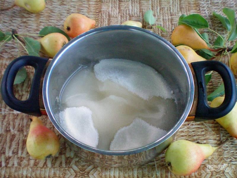 Сахар высыпаем в кастрюлю, добавляем воду и лимонную кислоту. Ставим на слабый огонь и подогреваем, периодически помешивая.