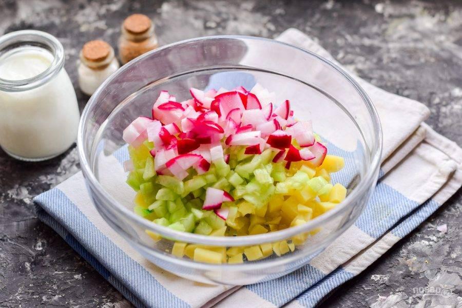 Далее вымойте хорошо редис, нарежьте кубиками и добавьте к овощам.
