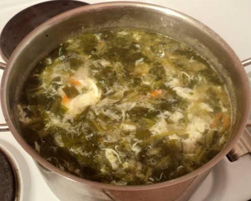 9. Суп без мяса в домашних условиях почти готов. Осталось сделать воронку с помощью вилки и понемногу, тонкой струйкой влить в суп яйца. Подержать на огне еще буквально 1 минуту, добавить зелень и можно подавать к столу.