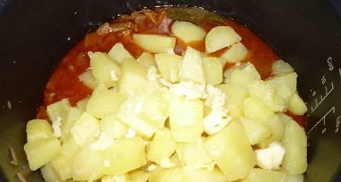 """4. Выставим режим """"тушение"""" на полтора часа. Режем картофель кубиками, и через час добавим в чашу мультиварки. Солим, перчим, и добавим еще 1 ст.л. масла"""