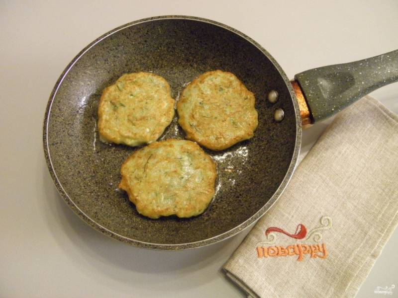 Разогрейте столовую ложку масла на сковороде, выкладывайте оладьи и формируйте круг или овал. Примерно через минуту лопаткой переверните оладьи и обжарьте с другой стороны до красивой золотистой корочки.