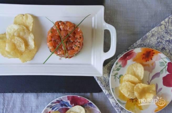 Утрамбуйте блюдо в форме, а затем перенесите на тарелку и подайте, например, с картофельными чипсами.
