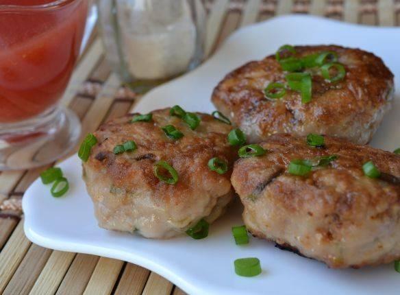 Из свинины котлеты получаются очень сочные и нежные, обязательно попробуйте. Приятного всем аппетита!