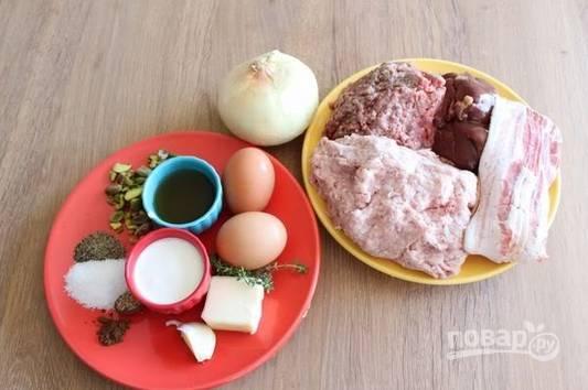 1. Вот такой набор ингредиентов мы будем использовать, чтобы приготовить террин из двух видов мяса и печени в домашних условиях.
